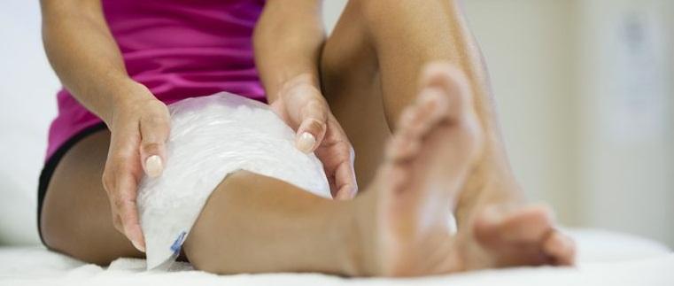 Изображение - Как убрать опухоль коленного сустава woman-sitting-with-ice-pack-on-knee-146276242-577c320f3df78cb62c9009cf