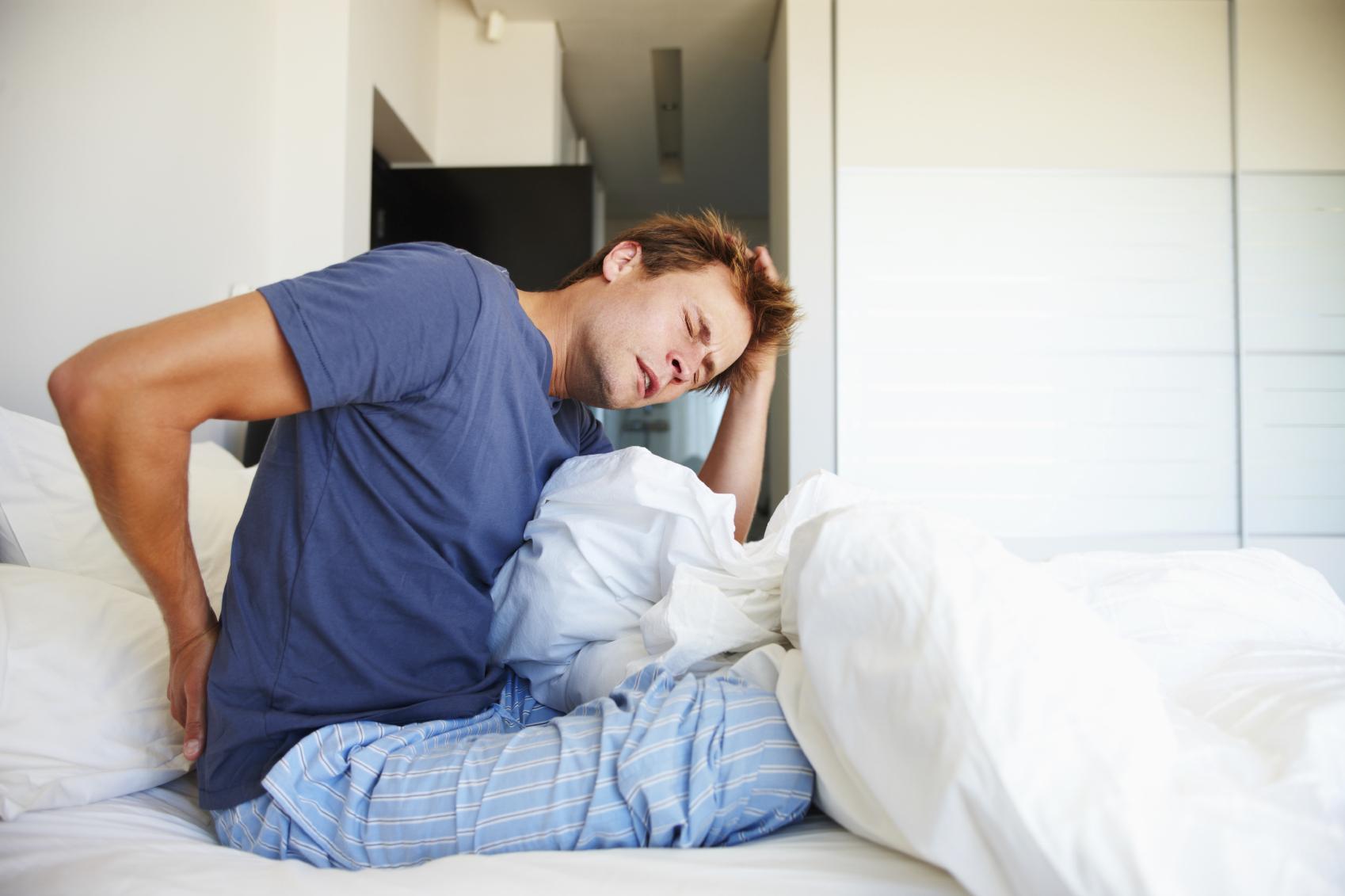 Почему болит спина утром после сна?
