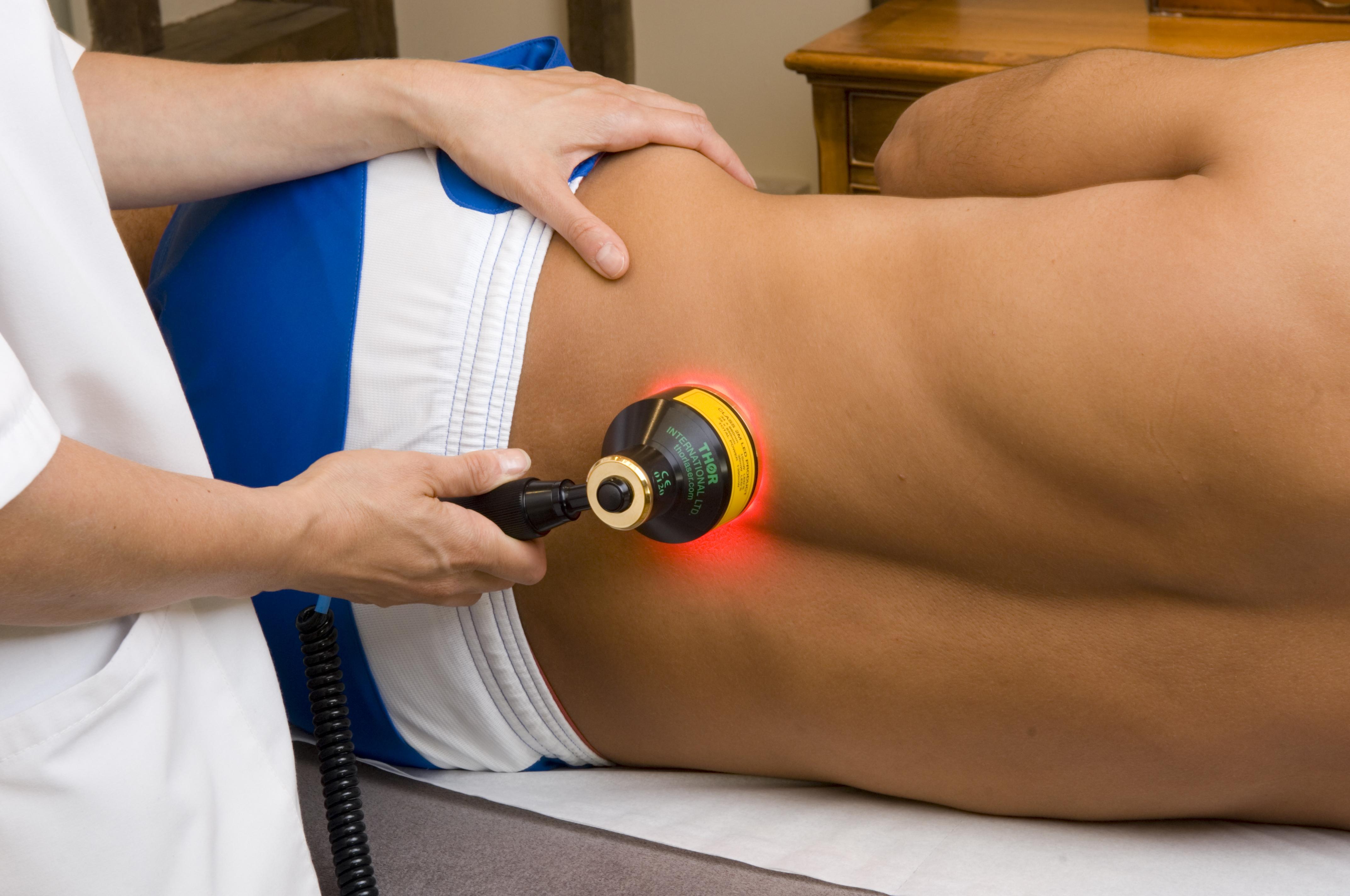 Лазеротерапия при остеохондрозе Лечение грыжи лазером лазерное лечение позвоночника